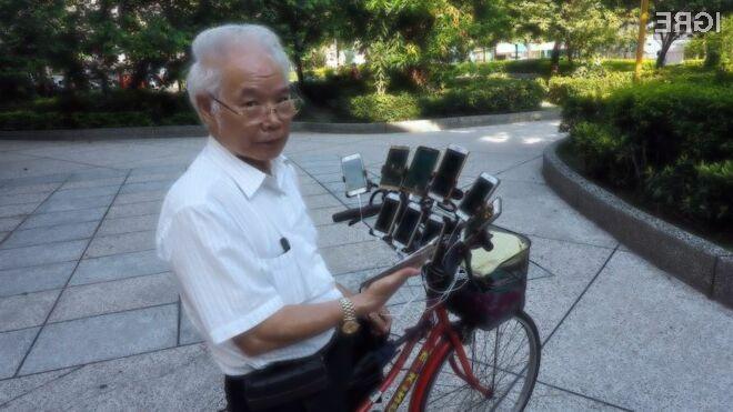 Dedek Chen San-yuan mobilno igro Pokemon Go igra z do 11 pametnimi mobilnimi telefoni hkrati.