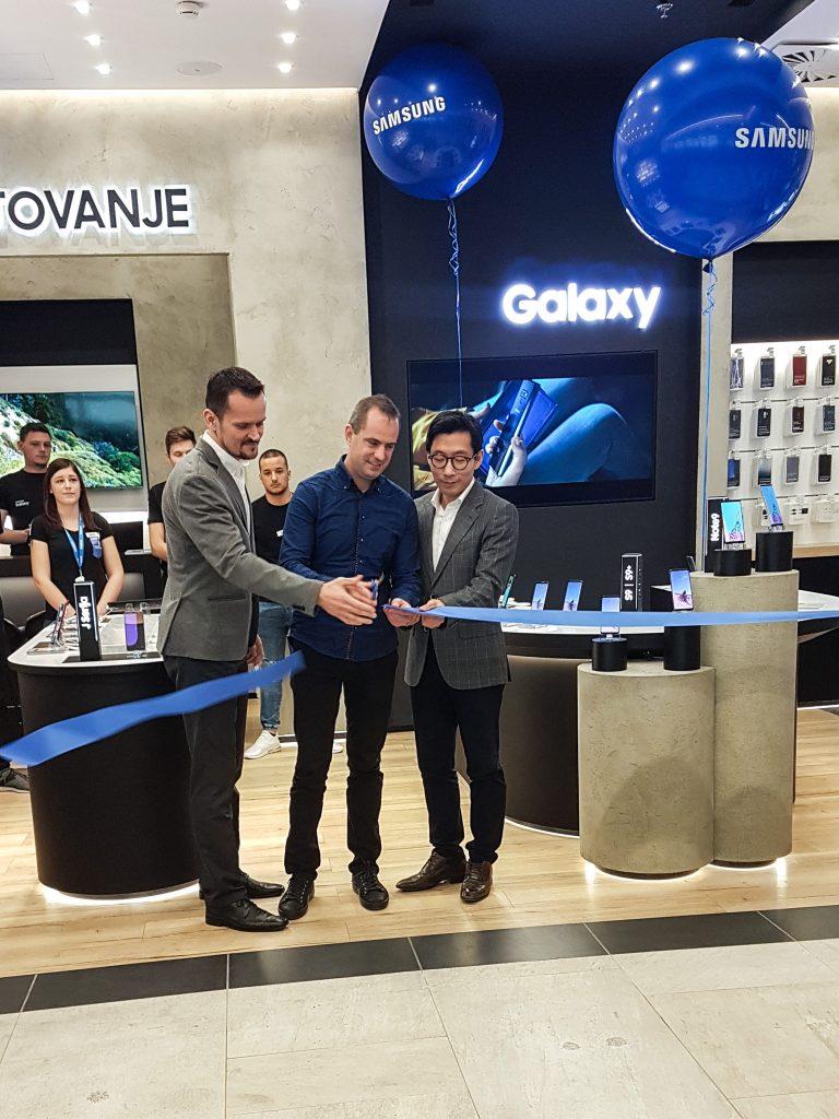 Odprtje prvega Samsung centra v Sloveniji. Pavle Zubundžija, vodja prodaje za mobilno telefonijo v regiji Adriatik (na sliki levo), Tomaž Sgerm, lastnik trgovine in direktor podjetja Sgerm mobil (na sredini), Hoyun Hwang, predsednik poslovne enote Samsung