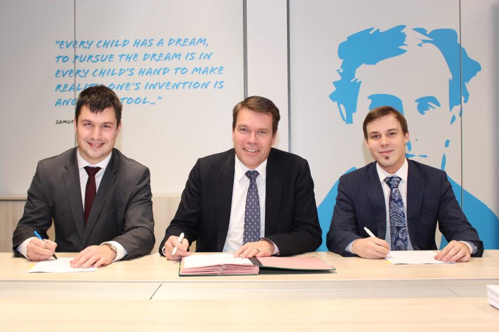 Na sliki levo je Jan Štefe (CEO Eurosender), na sredini Claude Strasser (CEO & Member of executive comitee POST Luxembourg), desno Tim Potocnik (CEO Eurosender)