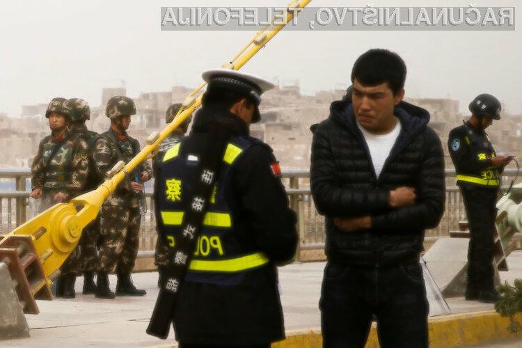 Kitajska mejna policija pregleda mobilno napravo vsakega turista, ki prečka mejo.