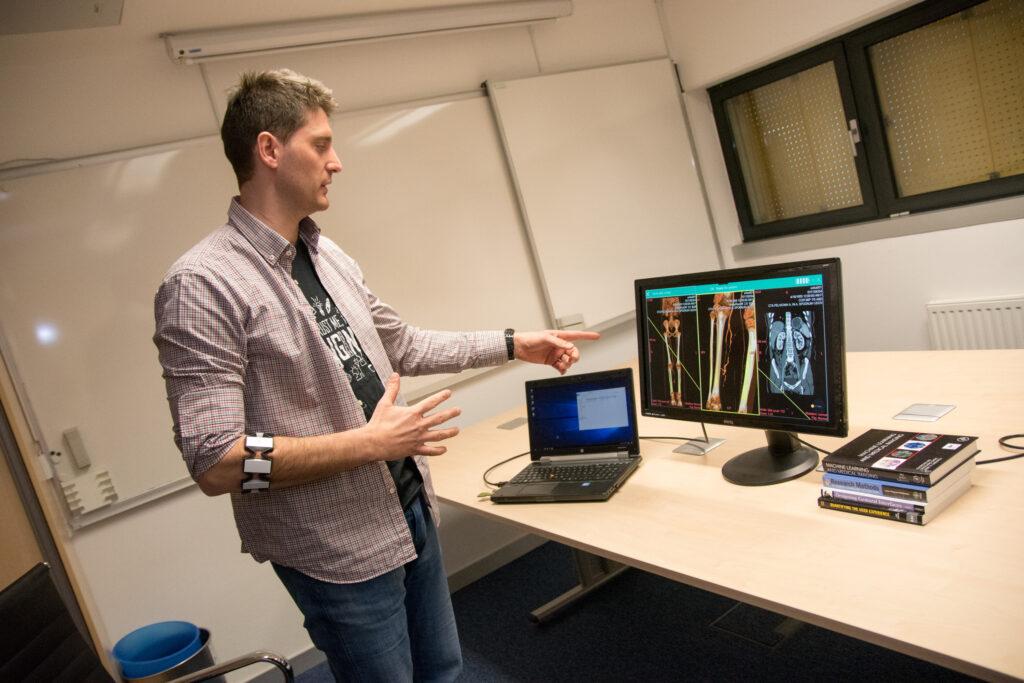 Z vključitvijo v raziskovalno delo laboratorijev, študenti pridobivajo znanja in izkušnje, ob tem pa imajo pomoč izkušenih mentorjev oz. raziskovalcev.