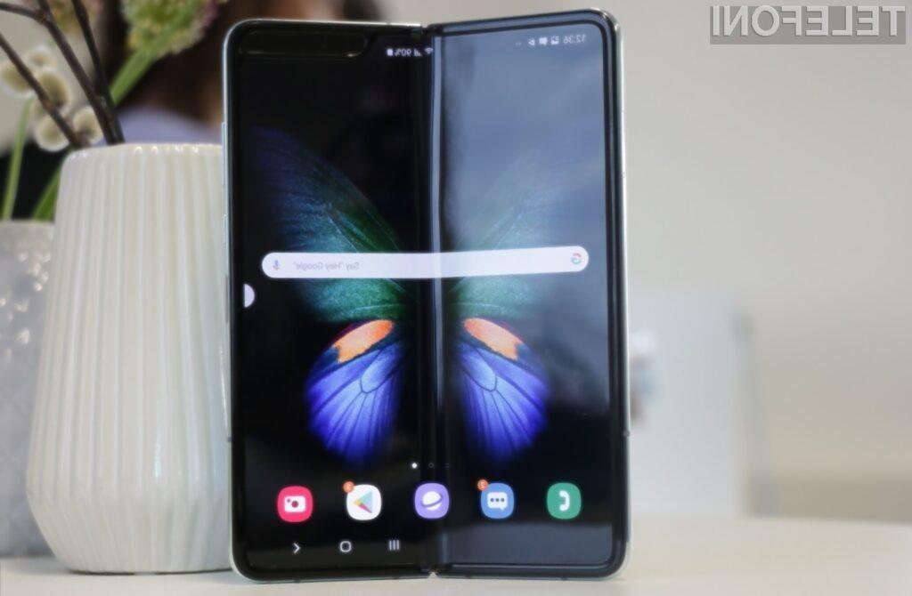 S prepogljivim pametnim mobilnim telefonom Galaxy Fold bo treba rokovati zelo previdno.