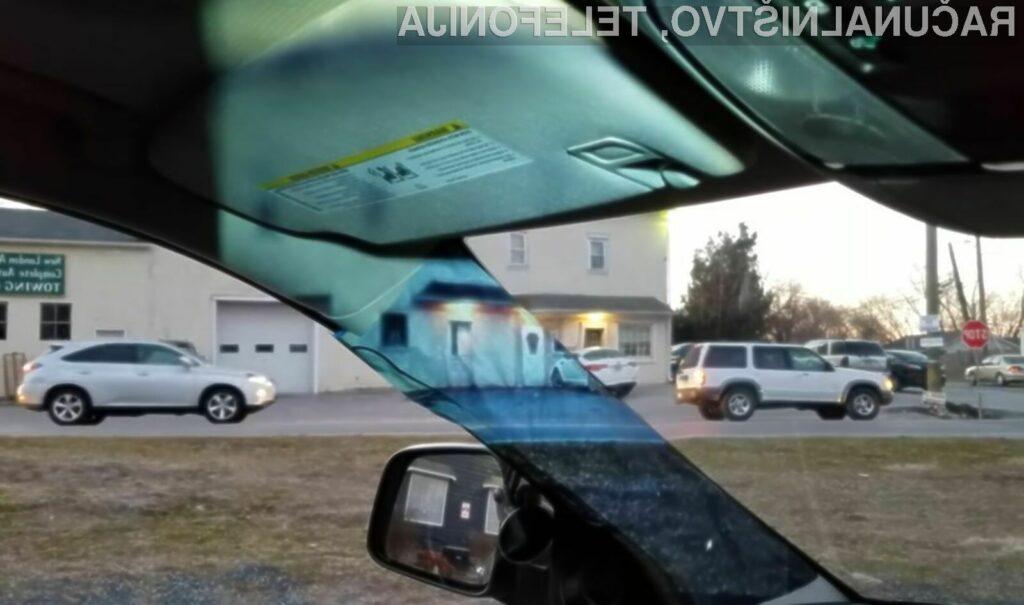 Spletna kamera in projektor poskrbita, da mrtvi kot v avtomobilu dobesedno izgine.