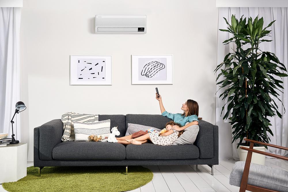 Klimatska naprava učinek brezvetrja doseže z nežnim razprševanjem hladnega zraka prek tisoče mikro odprtin.
