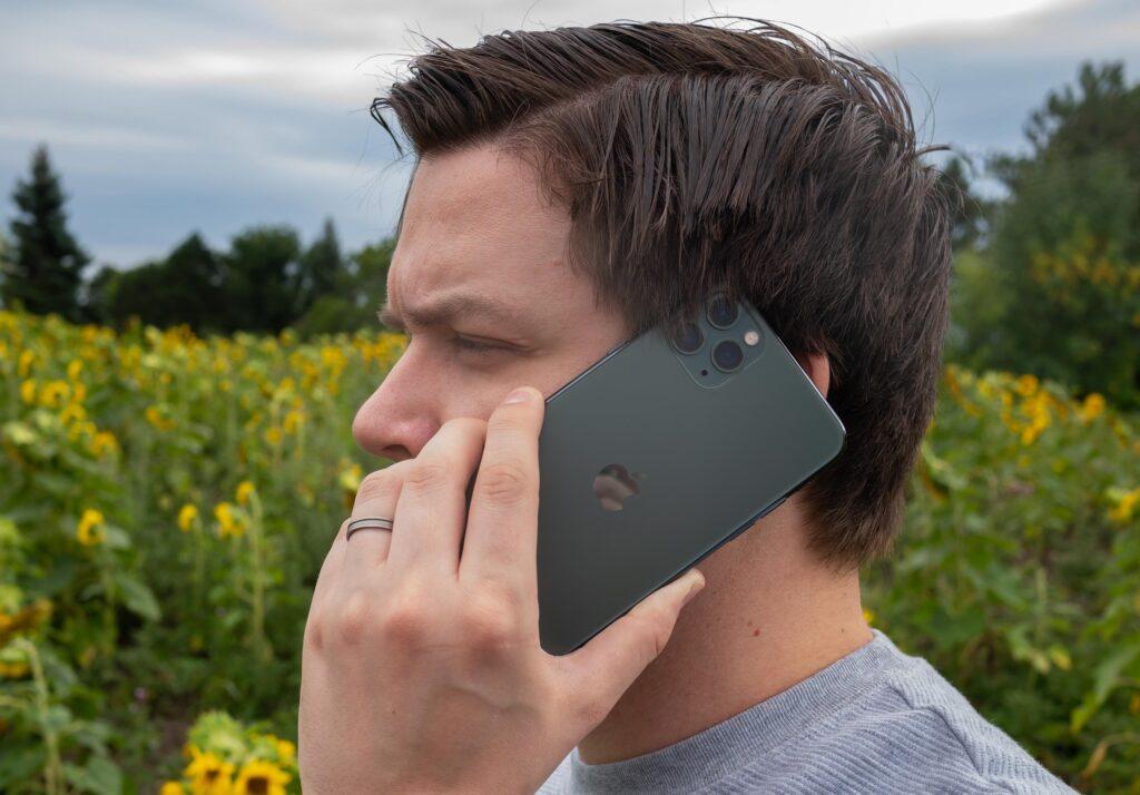 Priljubljeni telefon Apple iPhone 11 Pro naj bi prekomerno seval.