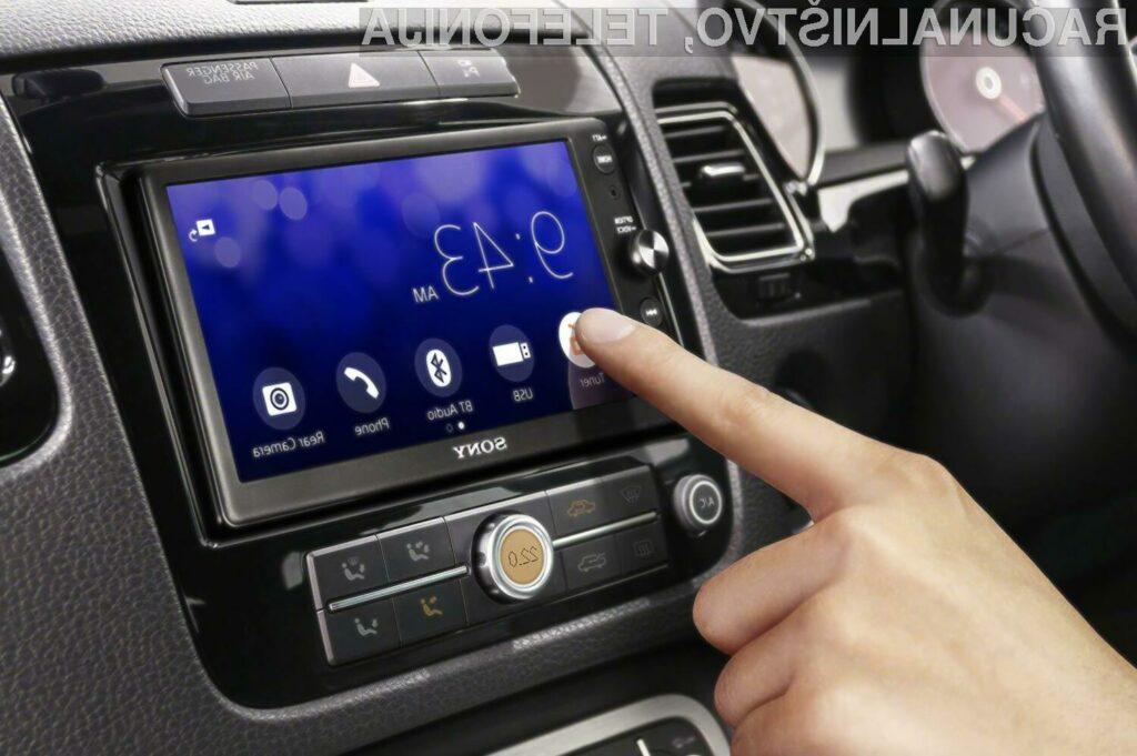 Uporaba večpredstavnostnih sistemov med vožnjo ni priporočljivo, saj ogroža voznikovo varnost.