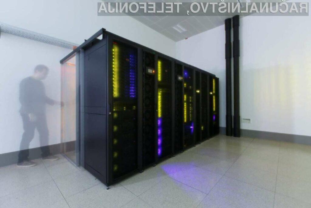 Na računalniku je nameščena posebna programska oprema, ki jo uporabljajo v kemijski znanosti. (Vir fotografij: Kemijski inštitut)