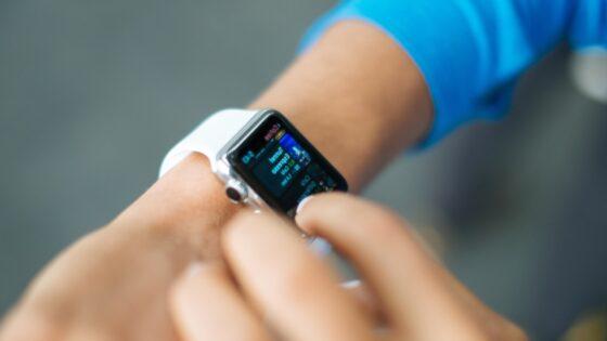 Apple za naslednje leto pripravlja denarnici prijaznejšo pametno uro Apple Watch SE