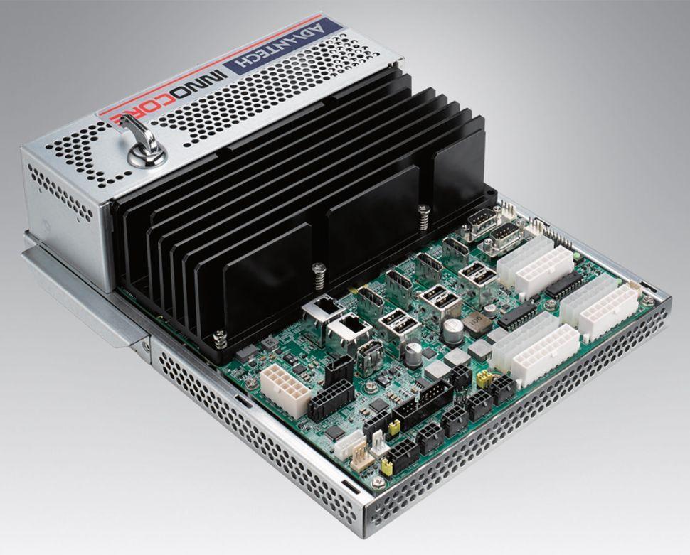 Zmogljivi osebni računalnik Advantech DPX-E145 meri zgolj 200 x 270 milimetrov.