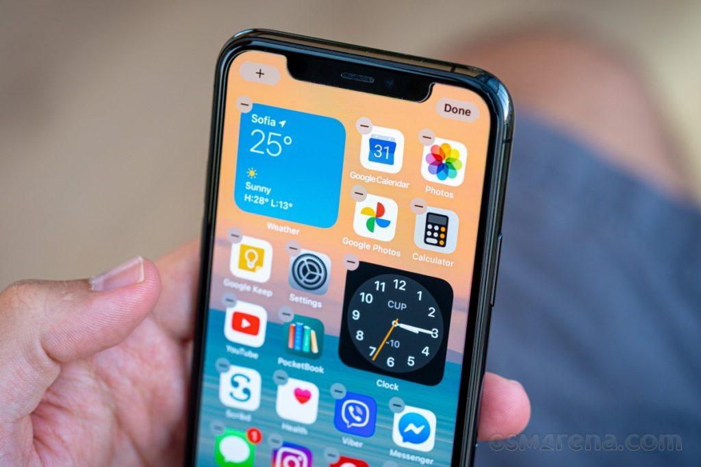 Novi Apple iOS 14.2 naj bi povzročal prehitro praznjenje baterij telefonov iPhone.