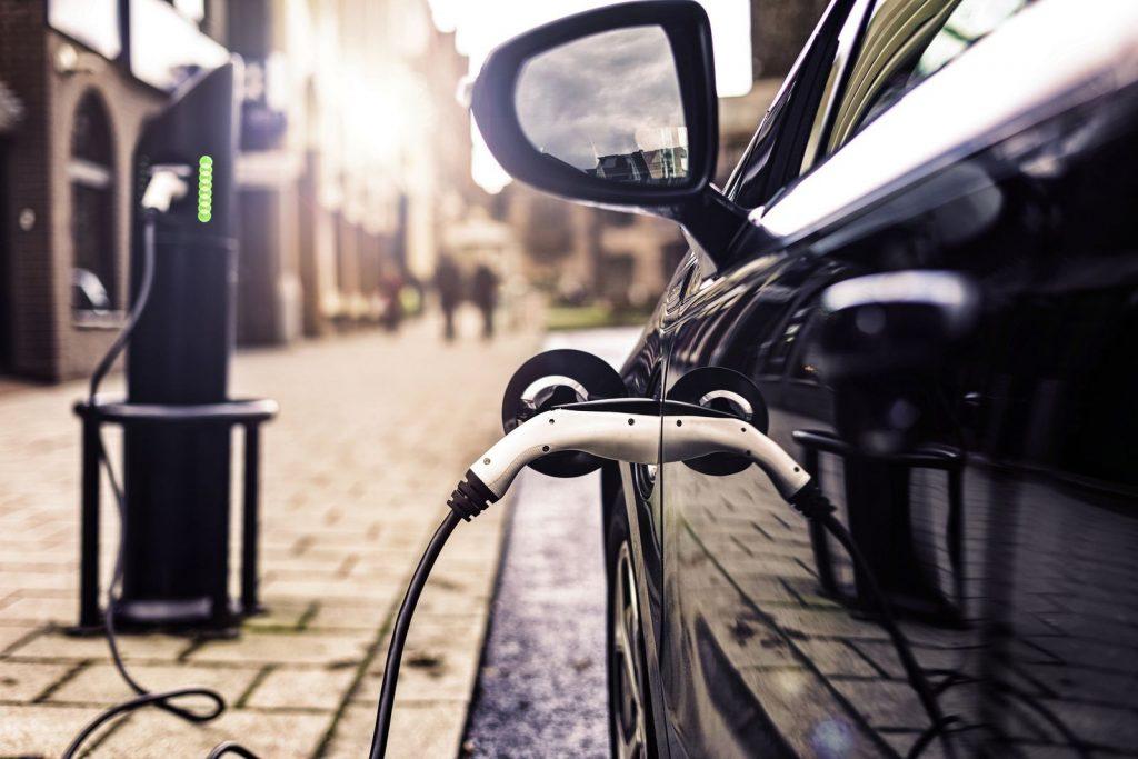 Japonska naj bi prodajo avtomobilov na fosilna goriva prepovedala do leta 2030.