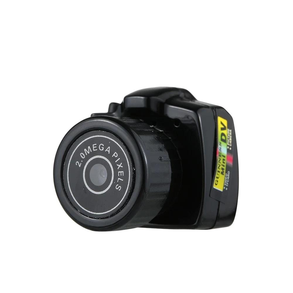 Kamera Mini High Definition Video Camera je lahka in prenosljiva.