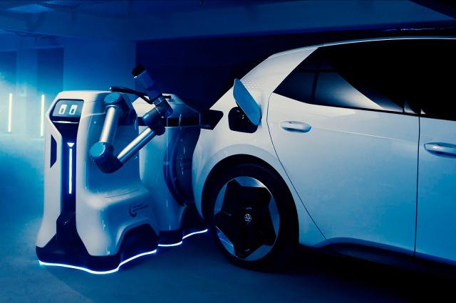 Napreden robot za polnjenje električnih avtomobilov Volkswagens Mobile Charging Robot bi lahko bil na voljo že na začetku leta 2021.