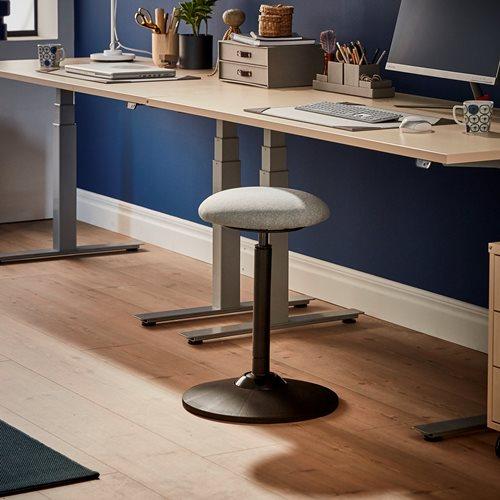Zamenjajte navadni pisarniški stol z balansirnim stolom, ki spodbuja aktivno sedenje.