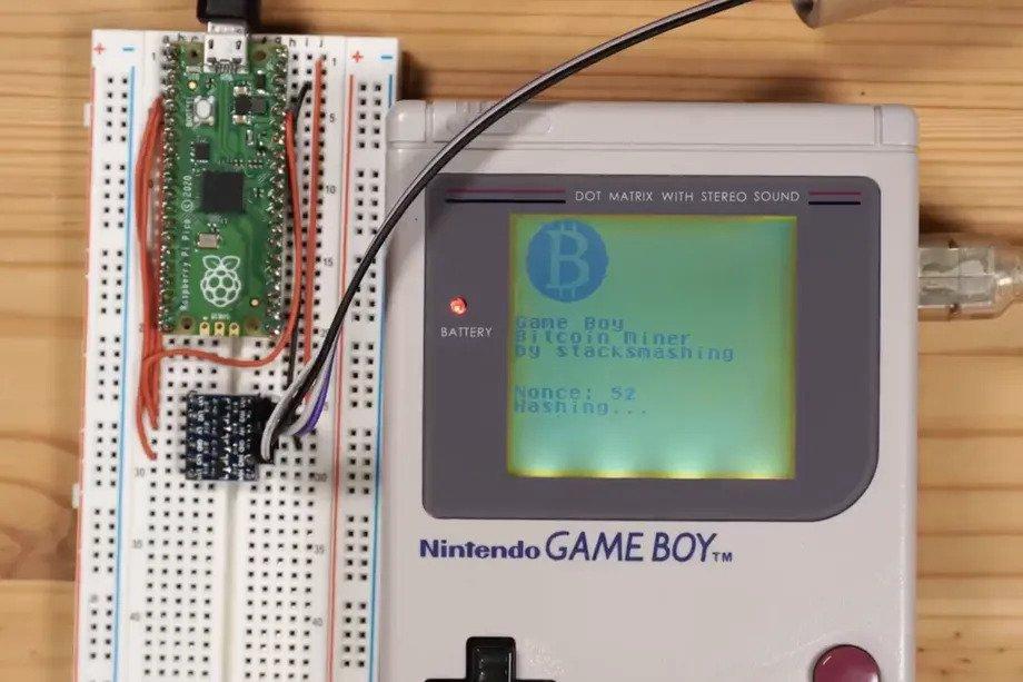Game Boy ne pozna predaje. Lotil se je rudarjenja bitcoinov.