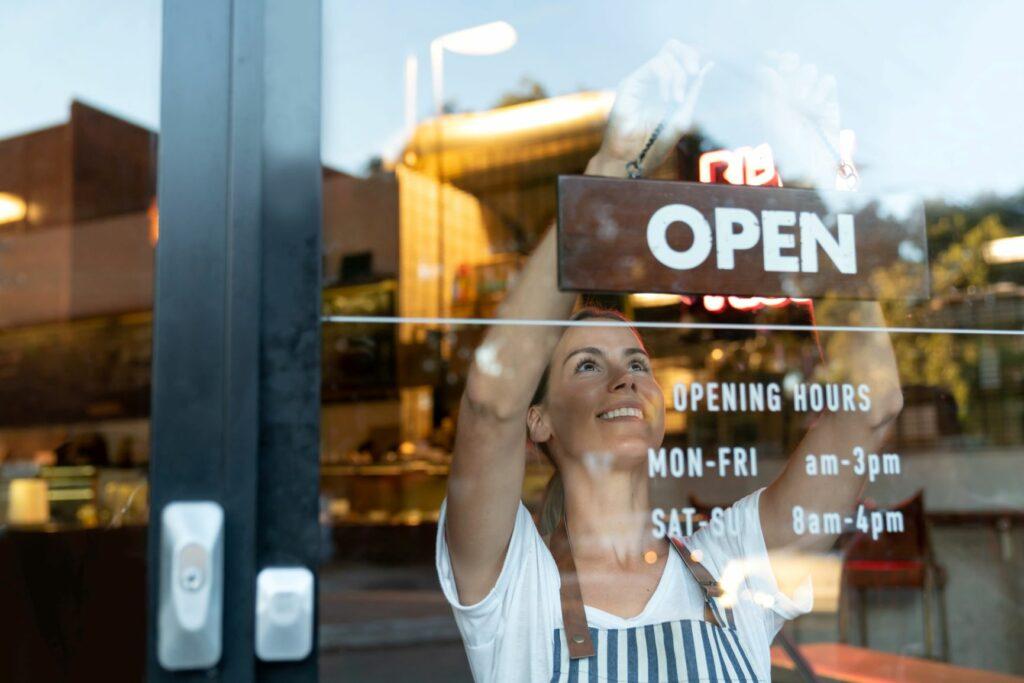 Več kot dva milijona lastnikov malih podjetij v Evropi je od predstavitve programa poleti 2020 že prejelo podporo.