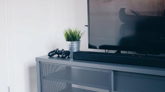 Čiščenje televizorja ni težko, hitro pa lahko naredimo kakšno napako.