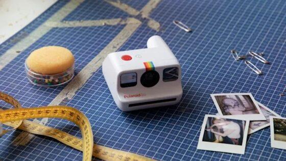 Fotoaparat Polaroid Go bomo zlahka prenašali naokrog.