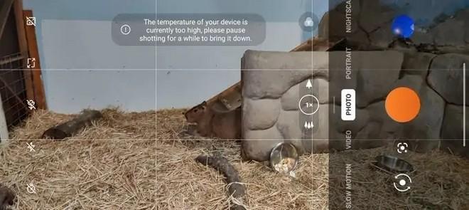 Pametni mobilni telefon OnePlus 9 Pro prehitro pokaže previsoko temperaturo.