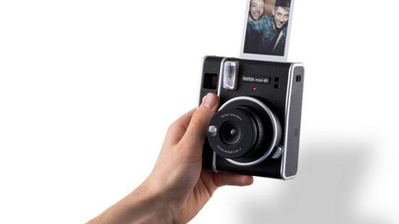 Zanimivi analogni fotoaparat Fujifilm instax mini 40 meri je tudi nadvse kompakten.