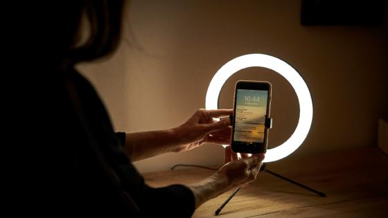 Lueur Beauty LED okrogle luči omogočajo profesionalno in naravno osvetlitev.