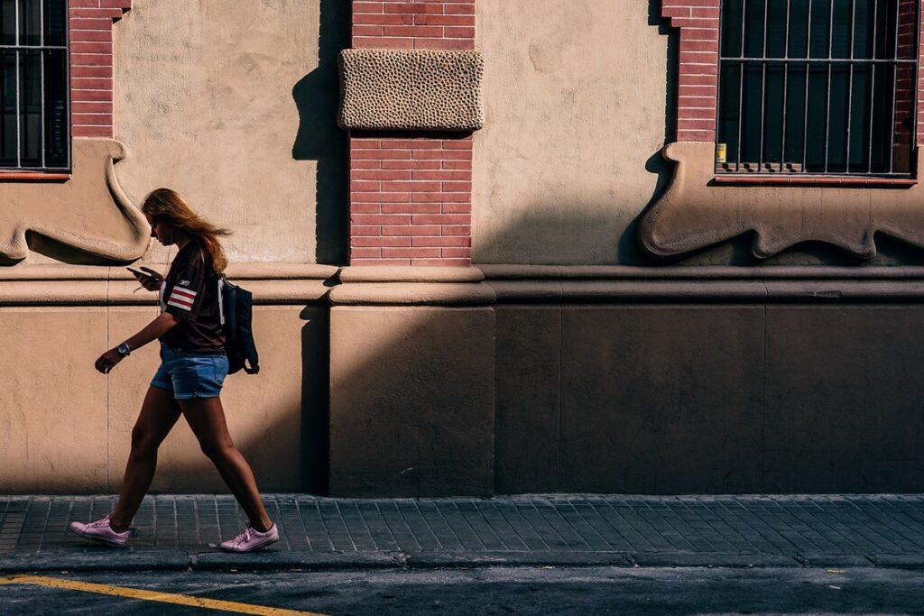 Hoja z mobilnim telefonom v roki je po svetu vse večja težava.