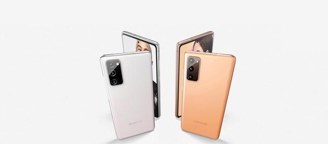 Pametni mobilni telefon Galaxy S20 FE LTE navdušuje v vseh pogledih.