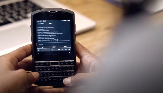 Nadvse zanimiv telefon Titan Pocket s tipkovnico.