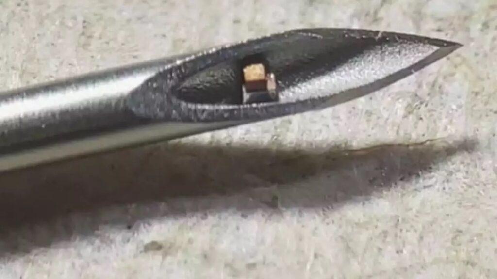 Miniaturni čip vsebuje procesor, pomnilnik in zunanjo opremo za upravljanje.