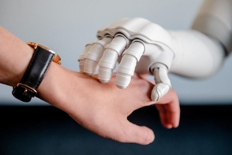 Študija nemških raziskovalcev je vključevala 48 študentov, ki so sodelovali s humanoidnim robotom Softbank Robotics.