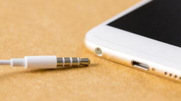 Priključki za slušalke so pri pametnih mobilnih telefonih postali prava redkost.