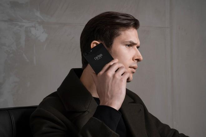 Pametni mobilni telefon Carbon 1 MKII na žalost ne dobro prenese upogibanja.