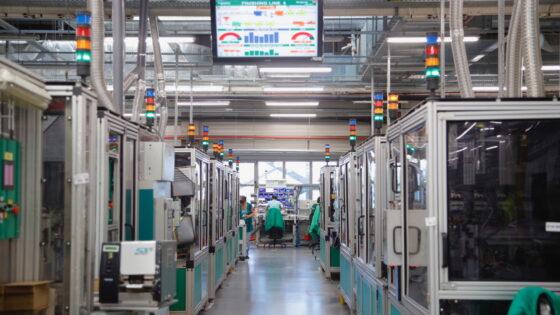 Pametna tovarna Schneider Electrica odkrito prikazuje vse, kar je znanega o digitalizaciji in najnovejših tehnoloških rešitvah.