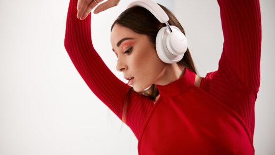 Urbanista MIAMI so naglavne slušalke, ki z enim polnjenjem zagotavljajo do 50 ur predvajanja.