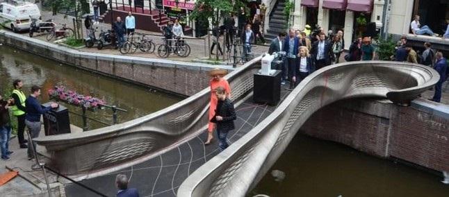 Prvi natisnjen jekleni most je navdušil marsikaterega obiskovalca sejma Dutch Design Week.