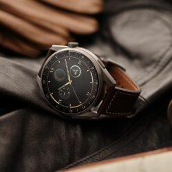 Serija Huawei Watch 3 vzpostavlja ravnovesje med estetiko pametnih in klasičnih ur. Ohišje iz poliranega nerjavečega jekla zaokrožujeta zakrivljeno 3D-steklo in velik zaslon, ki predstavlja vrhunec elegantnega oblikovanja.