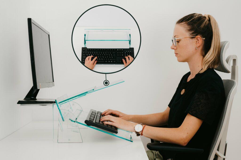 2-ergos-ergonomske-resitve-stojalo-zaprenosnik-ergonomski-pisarniski-stoli-min