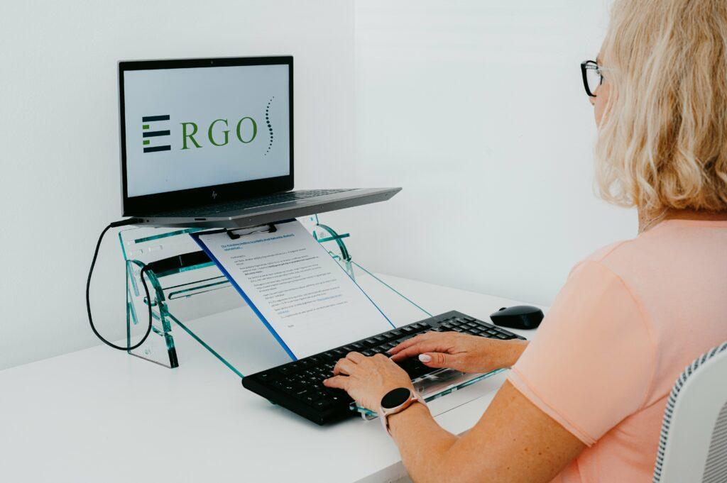 3-ergos-ergonomske-resitve-stojalo-zaprenosnik-ergonomski-pisarniski-stoli-prepisovanje-min
