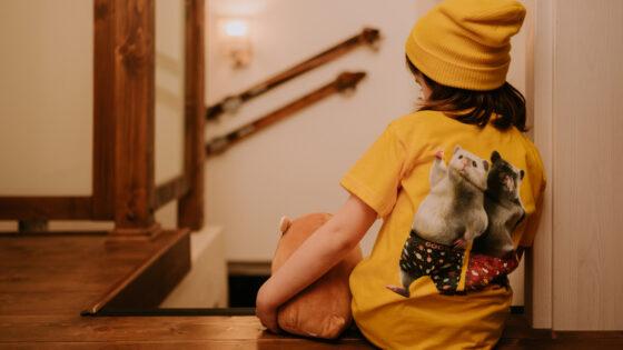 Dedoles se je dobro pripravil na novo šolsko leto. V garderobi se skrivajo najnovejša modna oblačila z igrivimi in unikatnimi motivi.