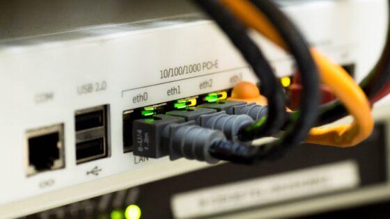 V računalniškem sistemu je povezanih več različnih delov. Te dele lahko neposredno priključite na osnovno ploščo računalnika ali pa uporabite kabel za vzpostavitev povezave med računalniško opremo in računalnikom.