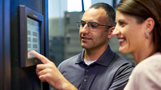 Schneider Electric z različnimi rešitvami omogoča upravljavcem, da učinkovito upravljajo svoj podatkovni center z vpogledom v podatke, zbrane na ravni opreme, in se odločajo na podlagi tako pridobljenih podatkov.